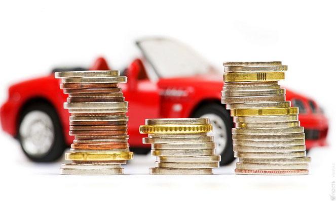 Монеты на фоне машины