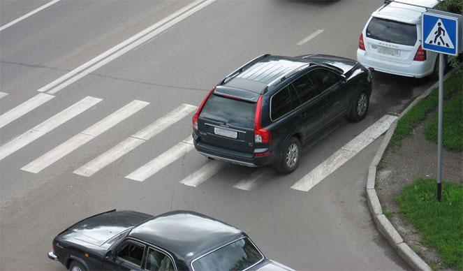 Автомобиль на пешеходном переходе