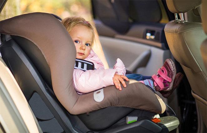 Можно ли перевозить в машине ребенка без специального кресла