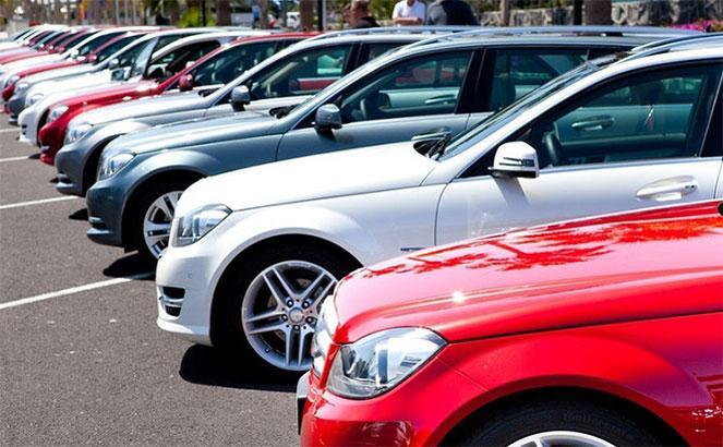 Автомобили Mercedes на парковке