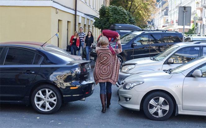 Парковка автомобиля на тротуаре, штраф в 2019 году