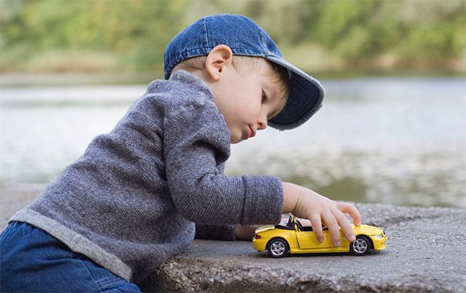 Ребенок играет с машинкой