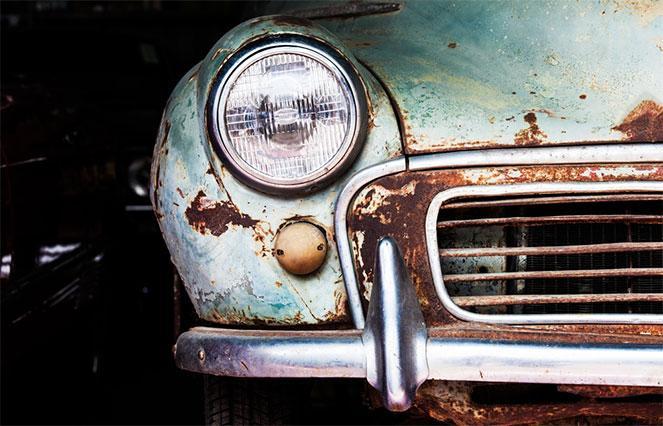 Старый утилизированный автомобиль