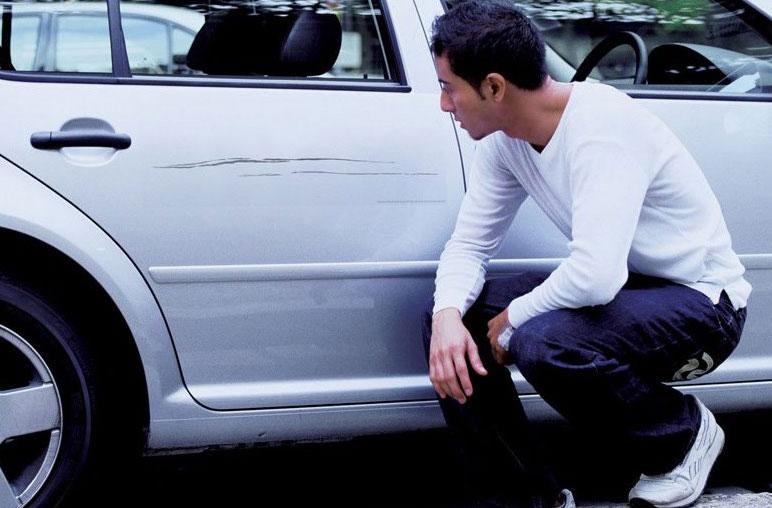 Царапина на машине: что с этим делать
