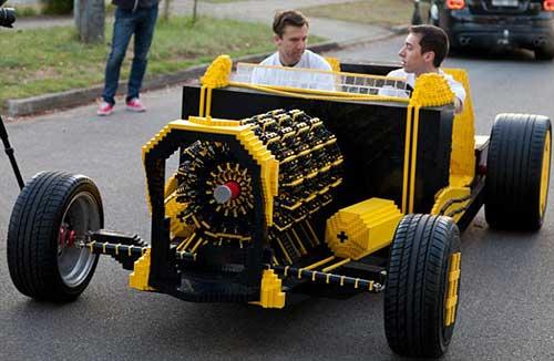 Автомобиль из конструктора Лего