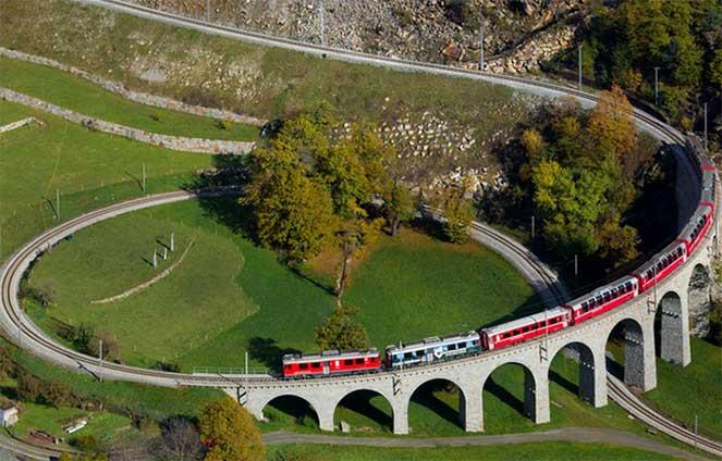 Поезд, проходящий по спиральному виадуку