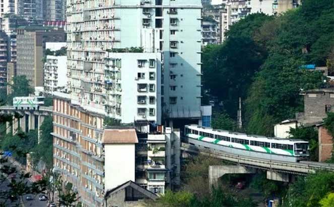 Поезд, проходящий через жилой дом