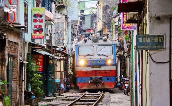 Поезд, проходящий по узкой улице