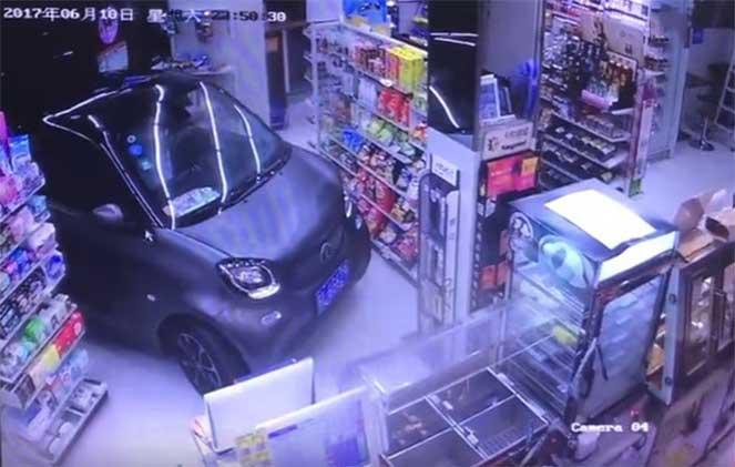 В Китае водитель заехал в магазин чтобы сэкономить время и купить еды