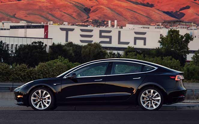 Илон Маск представил первый экземпляр Tesla Model 3, получив ее вне очереди на свой день рождения