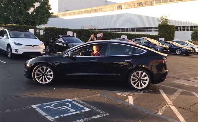 Илон Маск представил новую Tesla, получив ее в свой день рождения вне очереди
