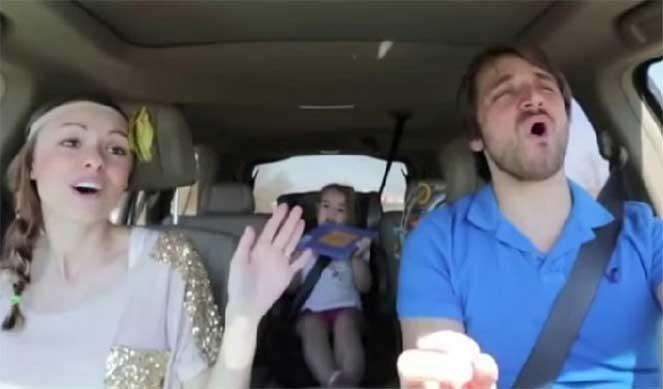 Семья поет в машине