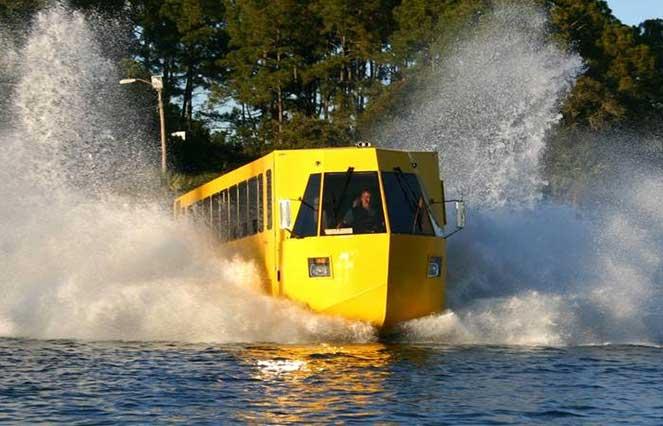 Автобус плывет по воде