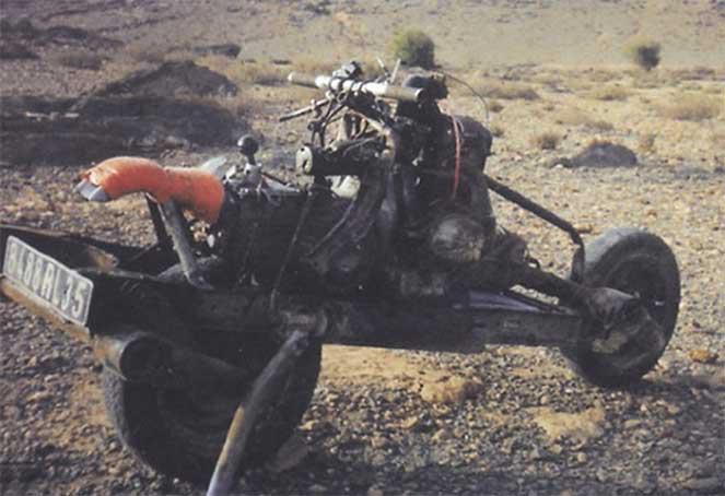 Смекалка, спасшая жизнь: путешественник собрал мотоцикл из разбитого в пустыне авто