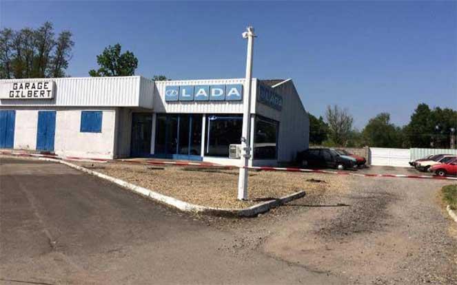 Во Франции обнаружили заброшенный и забытый автосалон Lada