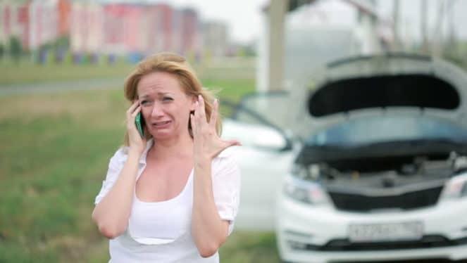 девушка у сломанной машины