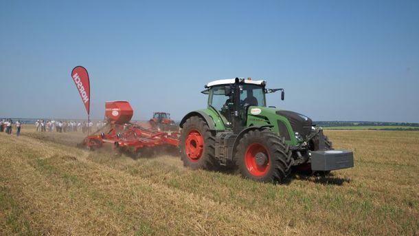 Трактор на поле