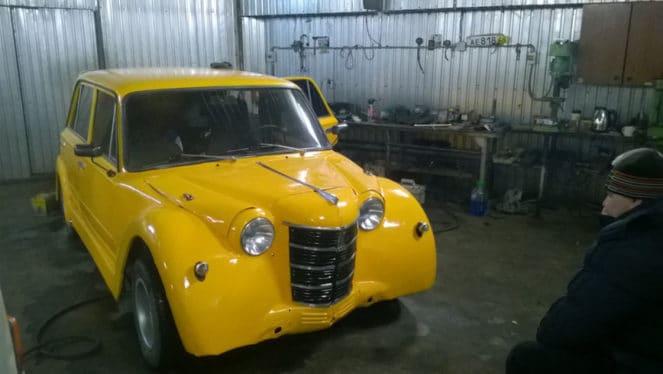 Скрещенная машина в гараже
