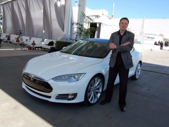 Что стоит в гараже главы компании Tesla