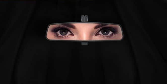 Женские глаза в зеркале заднего вида
