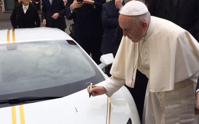 Папа Римский возле суперкара с маркером