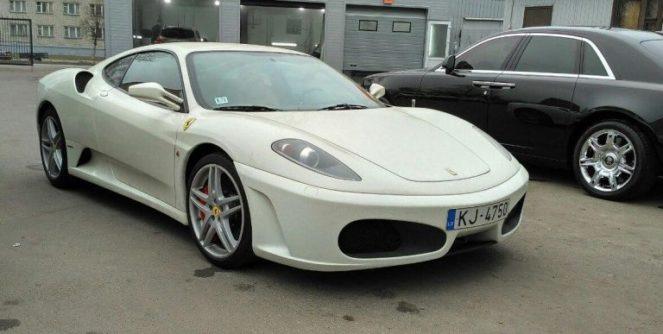 Ferrari на парковке