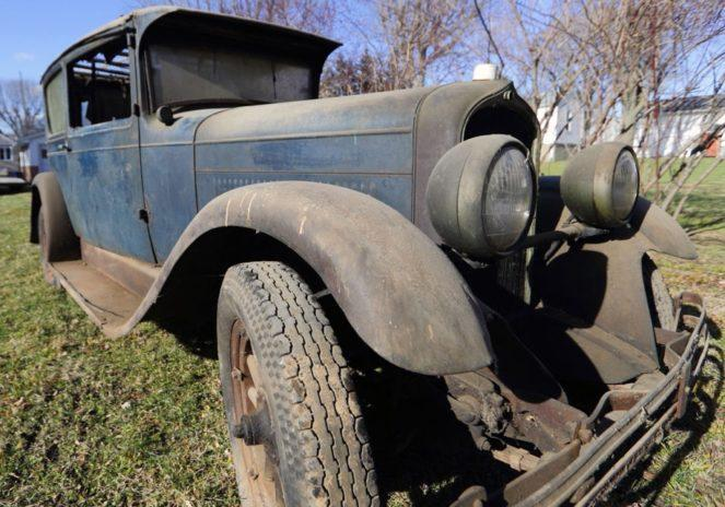 На заброшенной американской ферме нашли раритеное авто