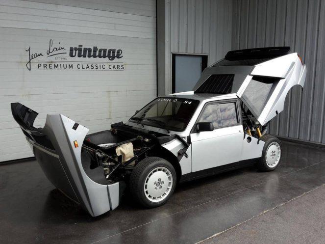 Раритетный французский автомобиль в гараже