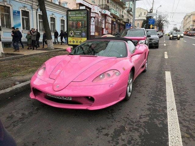 Единственная в мире розовая Феррари остановилась в Киеве