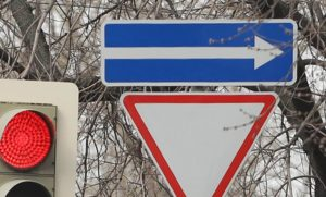 "Знак ""Одностороннее движение"" совместно со знаком ""Уступи дорогу"""