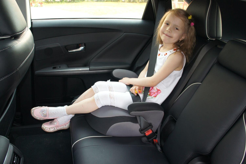 Перевозка детей на автомобиле в бустере